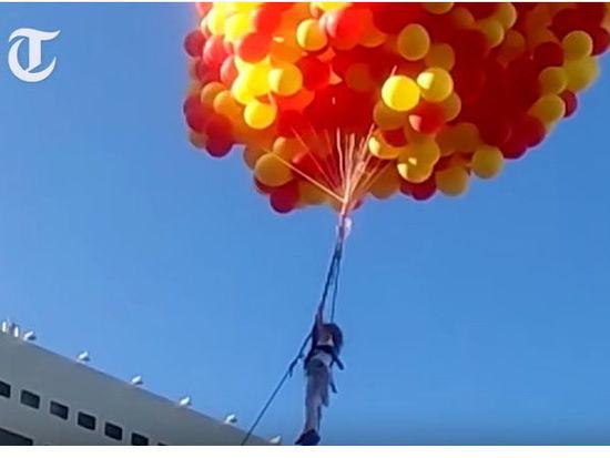 俄罗斯10岁小萝莉抓气球升上天空