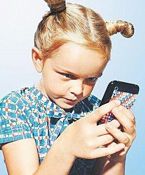 十岁女孩玩手机