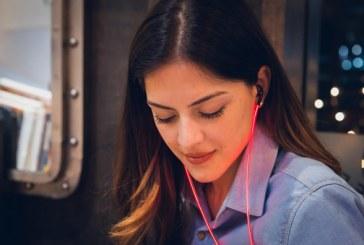 这个耳机不仅会发光,而且亮度还能随着心脏跳动变化
