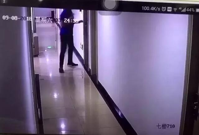 """男子酒后拿走""""万能房卡"""" 深夜连闯10户,专开女子房门!"""