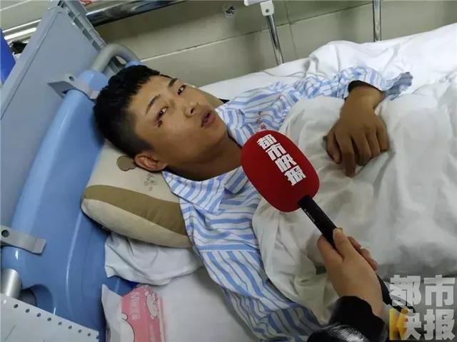 300多斤铁门突然倒下 18岁小伙双手撑门救下幼童