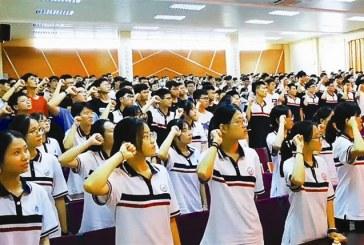 """2021广东""""新高考""""第一年_校长颁发""""梦想号""""高铁票"""